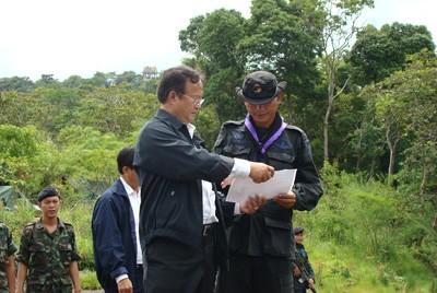 พล.ท.ดร.พีระพงษ์ มานะกิจ โฆษกกระทรวงกลาโหม และ คณะ ตรวจเยี่ยมทหารไทย ที่ตรึงกำลัง บนเขาพระวิหาร จ.ศรีสะเกษ วันนี้ ( 5 ส.ค.)