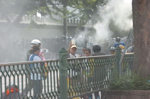 เจ้าหน้าที่ตำรวจได้ยิงแก๊สน้ำตา��กมาจาก บชน.เข้าใส่ประชาชนที่กำลังเดินมาร่วมชุมนุม